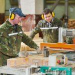 Łuparka i frezarka, czyli obróbka drewna w zależności od potrzeb